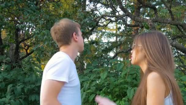 Mladý pár hádku. Dívky a chlap.