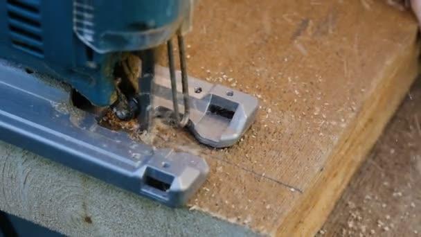 muž řezání prkno elektrické dekupírky detail