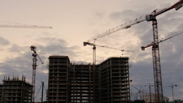 jeřáb pracuje ve velké staveniště