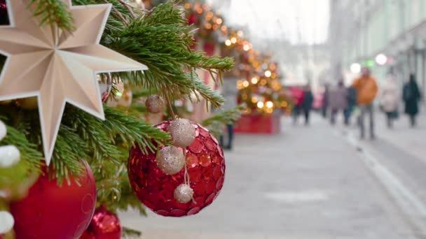 Pouliční smrk, novoroční dekorace - červená koule