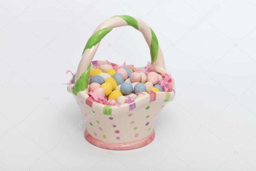 Uova Di Pasqua Ceramica.Uova Di Pasqua In Un Cestino Di Ceramica Foto Stock C Dianecmac