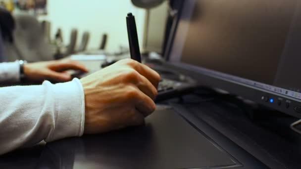 Klávesnice 33. Detail samčího ruce používat grafický tablet a klávesnice open a psaní dokumentu na monitoru Lcd