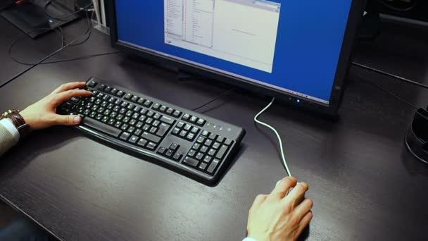 Myší 37. Pohled do ruky inženýr procházení a vyhledávání dokumentace na Lcd monitoru