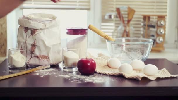 Összetevők sütés. Élelmiszer-összetevők előkészítése tortáját. Sütés almás pite
