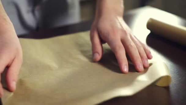 Příprava na pečení dortu. Vařit uvedení pečící papír na pekáč