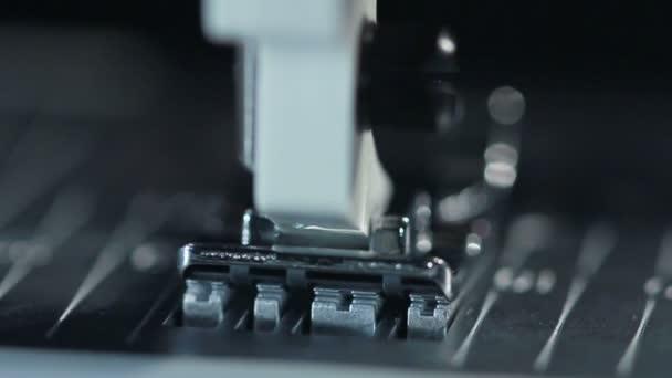 Parte della macchina. Dettaglio della macchina per cucire alla fabbrica tessile. Attrezzature industriali