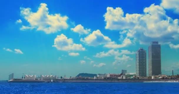 Mračna nad mrakodrapy na pobřeží moře. Timelapse bílé mraky nad modré moře