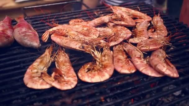 Grilování krevety na grilu. Grilované mořské plody na grilování. Closeup grilovaných krevet