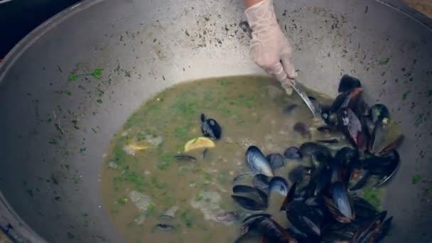 Rybí vývar s mušlemi. Polévka v misce. Vaření z mořských plodů v pánvi