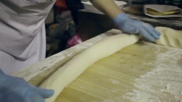 Válcování těsta a nakrájejte na kousky. Příprava těsta na pečení. Výroba těsta