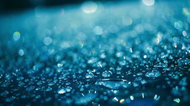 Vízcseppeket üveg, eső után. Vízcseppek, kék színű üveg