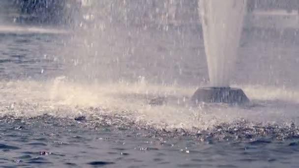 Fontana di acqua al rallentatore. Flussi di spruzzi di acqua fontana