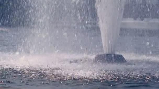 Splash szökőkutat. Vízcseppek, fröccsenő víz felszínén a lassú mozgás