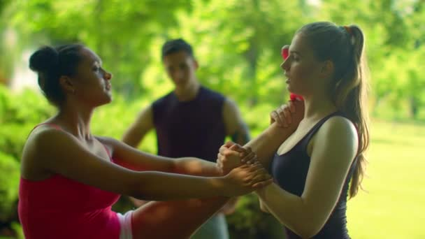 Běžkyně dělá protahovací cvičení. Mnohonárodnostní přátel táhnoucí venkovní