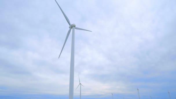 Generatori eolici. Panoramica da turbine eoliche ai campi di strada rurale verde