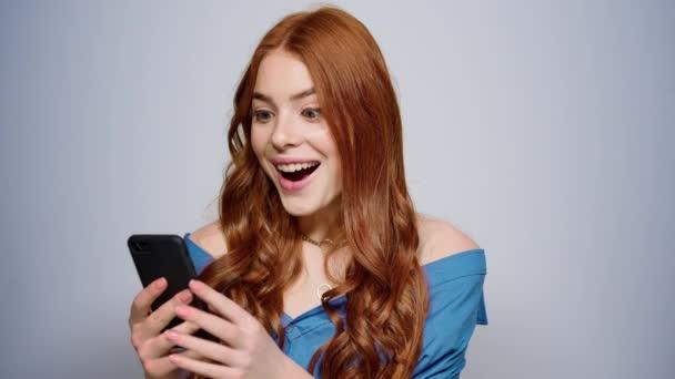 Aufgeregte Frau, die drinnen gute Nachrichten erhält. Glückliche Mädchen SMS-Nachricht im Studio
