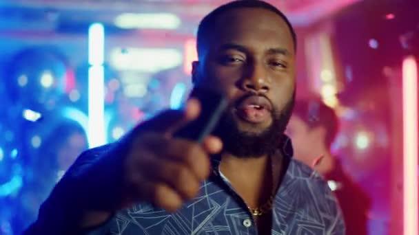 Afro srác énekel a klubban. Boldog afrikai férfi időt tölt a diszkó partin