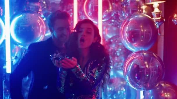 Junges Paar trifft sich auf einer Party. Mann und Frau feiern in Nachtclub