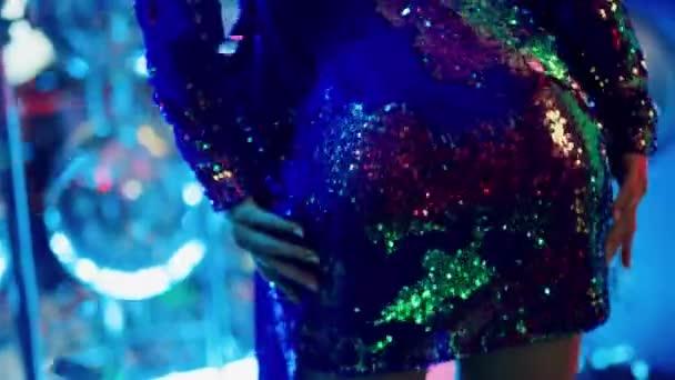 Mladá žena tančí v krátkých šatech na párty. Žena osoba dole v nočním klubu