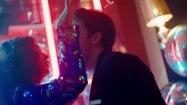 Roztomilý pár zpívající v tanečním klubu. Muž a žena pohybující se těla na párty