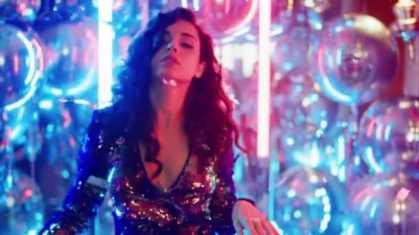 Phantasievolle Frau, die Spaß auf einer Party hat. Sexy Mädchen tanzen auf Neonlampen Hintergrund
