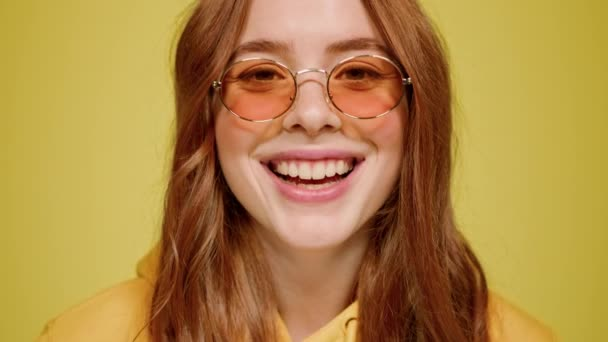 Žhavá zrzka se směje uvnitř. Ginger dívka pózující na oranžovém pozadí