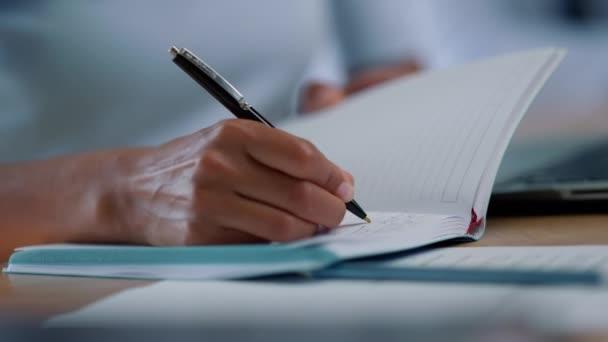 Üzletasszony jegyzetel a jegyzetfüzetben. Üzleti nő fegyverek keresztezés szöveg