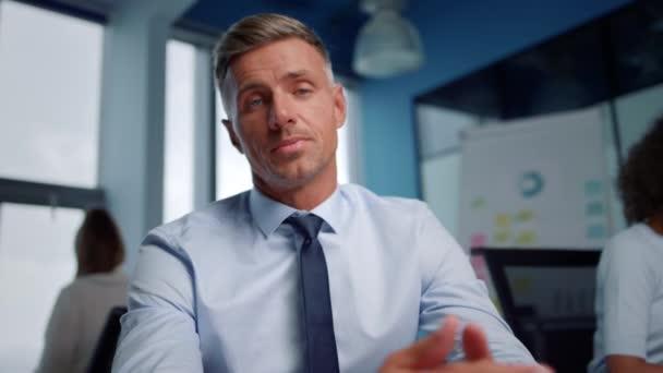Obchodník video chatování online s partnerem. Mužský zaměstnanec gestikuluje rukama