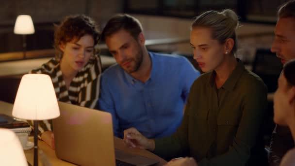 Mladá dívka se loučí s týmem v úřadu. Lidé analyzující data na notebooku.