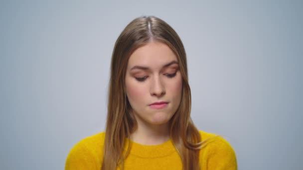 Szekrény elégedetlen női modell gondolkodás szürke háttér stúdió.