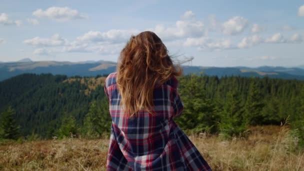Frau beim Fotografieren von Bergen mit Fotokamera. Fotograf sucht Bilder