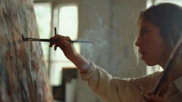 Ihletett nő, aki mesterművet alkot odabent. Festő kilégzés füst a stúdióban.