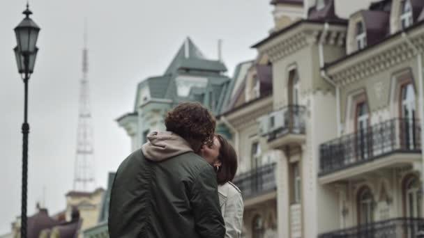 Milostný pár líbající se na ulici. Šťastný muž a žena těší rande venku.