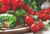 Frische Cherry-Tomaten mit Frühlingsgemüse und Kräutern