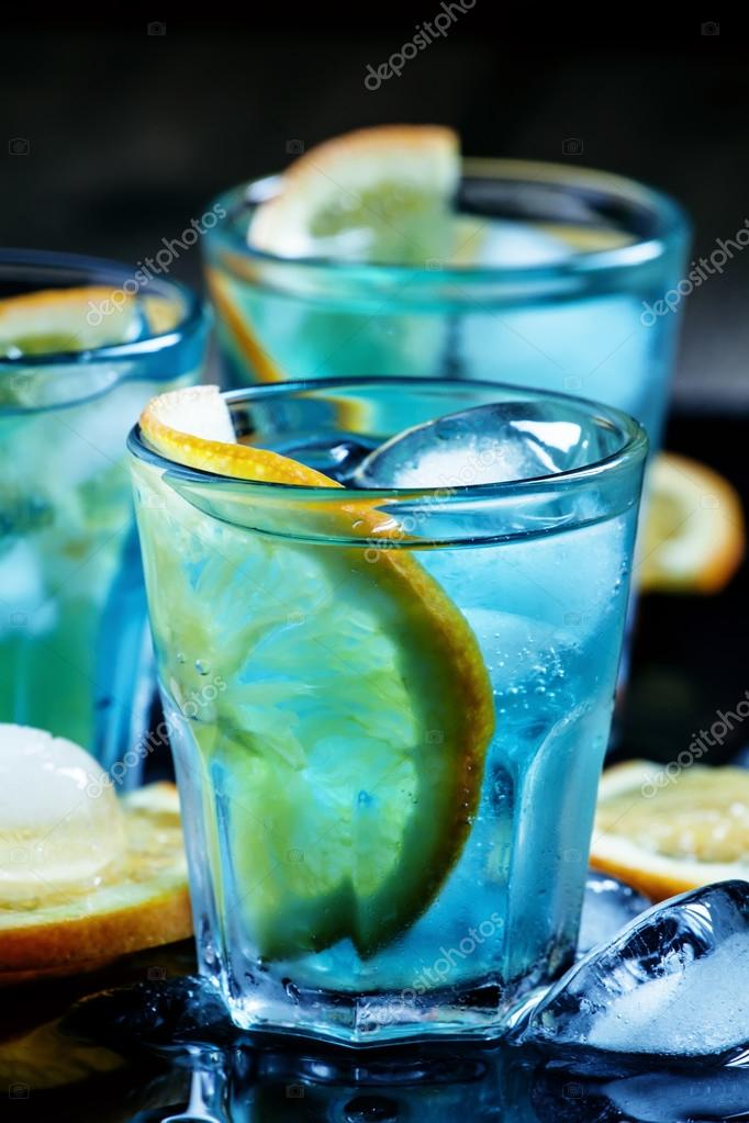 Blue cocktail  Cocktail mit blue Curacao-Likör und Orange blau — Stockfoto © 5PH ...