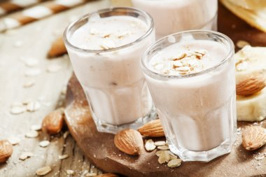Smoothie with banana, yogurt, oatmeal and nuts