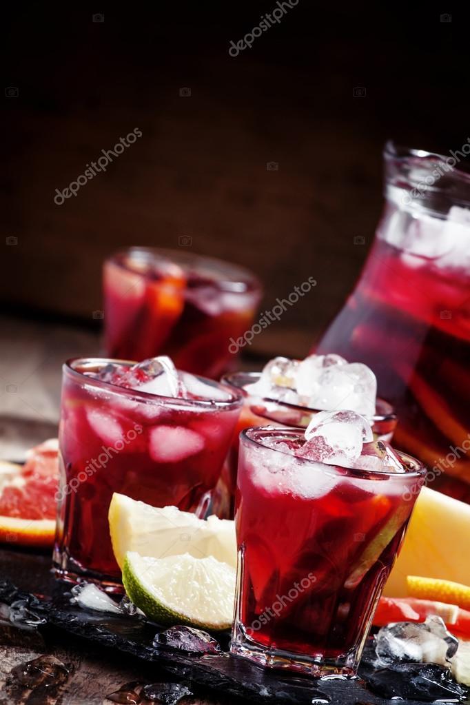 sangria espagnole avec fruits et glaces photographie 5ph 108150346. Black Bedroom Furniture Sets. Home Design Ideas