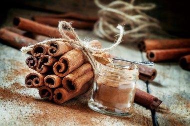 Ground cinnamon, cinnamon sticks, tied with jute rope