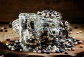Fotografie mehrfarbige trockene Bohnen in Gläsern