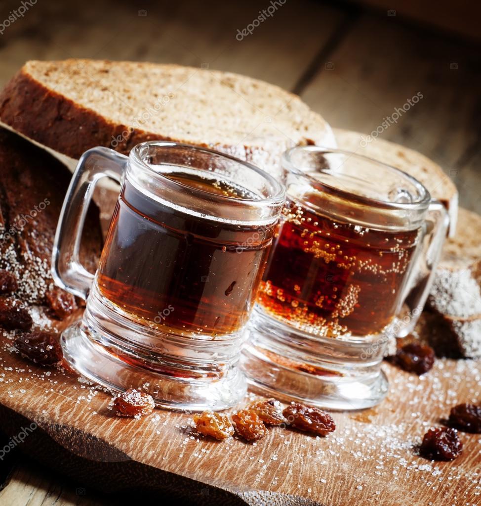 Traditionelle russische Getränk im Becher mit Roggenbrot — Stockfoto ...
