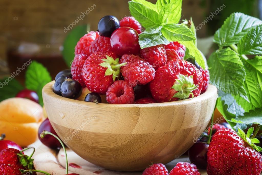 Летние фрукты и ягоды — Стоковое фото © 5PH #117924678