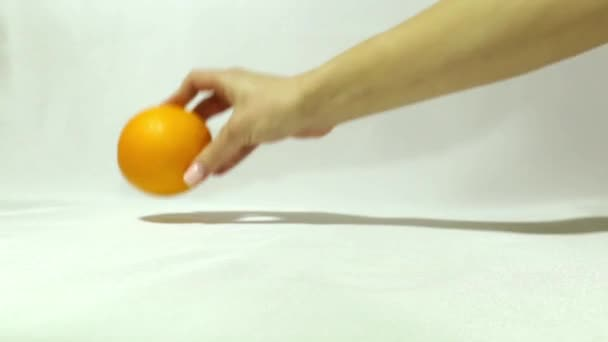 Due arance e pompelmo. Non come tutti gli altri. Frutta tropicale. Miscela di agrumi. isolato. originalità. La decisione inaspettata. Grandi opportunità. Grandi vantaggi. Buona visione. problemi di vista