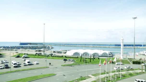 Meerblick aus dem Hotelfenster. Schwarzes Meer. Sotschi. Hotel imereti. Meeresgebiet. Auto parken. Fahnen flattern. Baywalk. Badeort