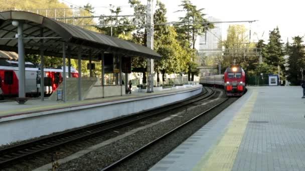 Železniční stanice v Soči. Vlakové nádraží. Příjezd vlaku. Železnice. Cesta vlakem. Železniční doprava. Vlak čeká