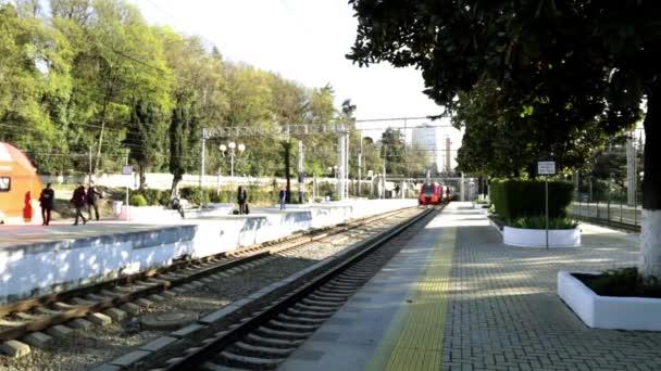 Železniční stanice v Soči. Vlakové nádraží. Příjezd vlaku. Železnice. Cesta vlakem. Moderní vlak. Železniční doprava. Vlak čeká