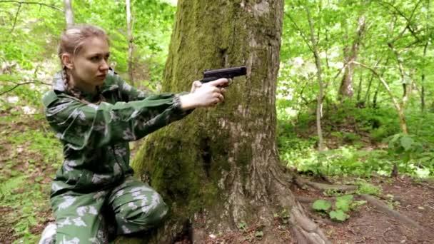 fille visant une arme 224 feu dans les bois apocalypse tirez sur les ennemis tirer