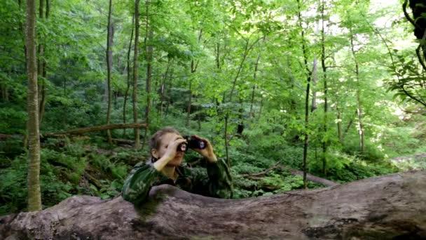 žena s dalekohledem v lese. usilovat, aby lovili. sedět v záloze. Hledejte řešení. Sledujte od postranní čáry. partyzáni v záloze. Při pohledu dalekohledem. Najít řešení
