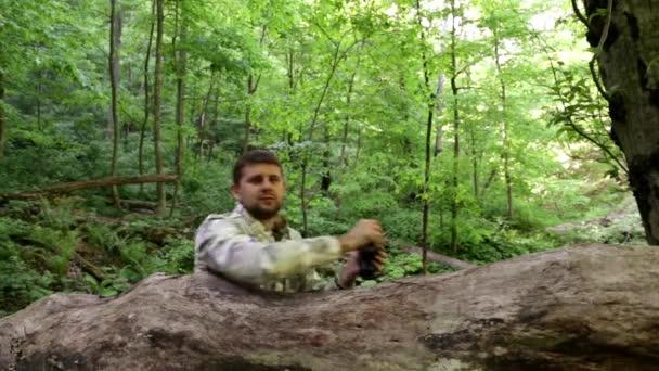 muž s dalekohledem v lese. usilovat, aby lovili. sedět v záloze. Najdete řešení. vymyslet. Hledejte řešení. Sledujte od postranní čáry. partyzáni v záloze. Při pohledu dalekohledem