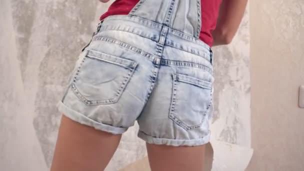 Fiatal szexi nő teszi javítás a házban, és táncol vidáman mozog a csípője