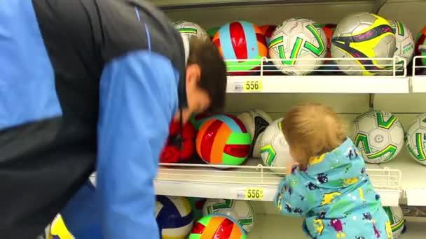 Novosibirsk, Rusko - může 9,2016: muž a dítě v hračkářství